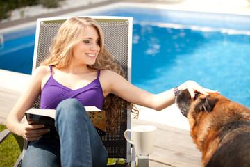Chica jugando con perro