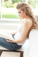 Chica sentada leyendo