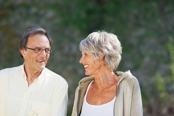 älteres ehepaar draußen