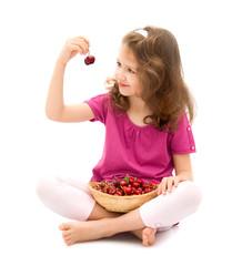 bambina con cestino di ciliegie