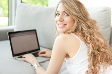 Chica usando ordenador