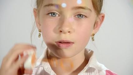 bambina e bolle di sapone