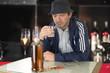 Hombre experimentando algunos problemas con el alcohol