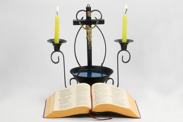 Biblia abierta con  Cristo de fondo