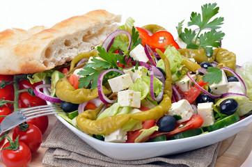 Köstlicher Bauernsalat mit Feta und Fladenbrot