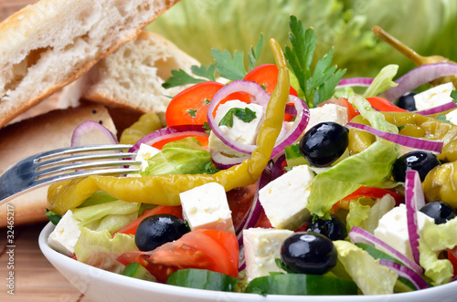 Aluminium Salade Köstlicher Bauernsalat mit Fladenbrot