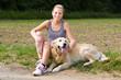 joggerin macht eine pause mit ihrem hund
