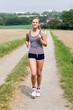 junge frau erholt sich beim joggen