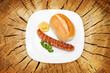 Gegrillte Bratwurst auf Holzgrund