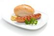 Gegrillte Bockwurst - Bratwurst mit Senf, Brötchen und Petersil