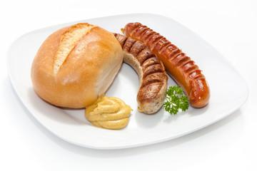 Zwei gegrillte Würste - Bratwurst mit Senf, Brötchen und Peter