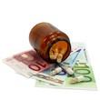 Tablettenglas und Tabletten auf Geldscheinen