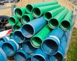 Gelagerte Kanalrohre in blau und grün