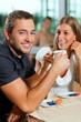 Paar trinkt Kaffee im Cafe