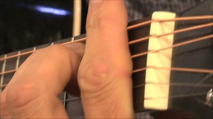 музыкант играет на гитаре, крупно пальцы