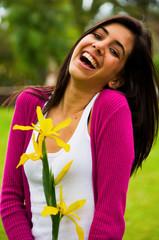 Retrato mujer joven riendo en el parque