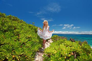 コマカ島の美しい亜熱帯植物と笑顔の女性