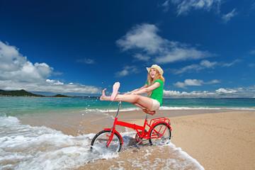 自転車に乗ってはしゃぐ笑顔の女性