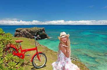 コマカ島の丘の上で寛ぐ笑顔の女性