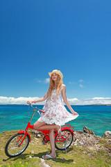 コマカ島の丘の上でサイクリングを楽しむ女性