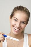 Junge Frau mit Schwangerschaftstest