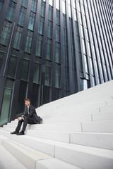 Geschäftsmann Standortwahl auf Treppen