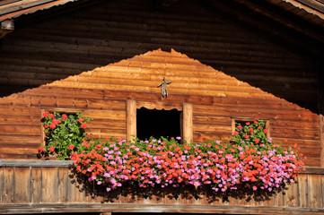 Holzhaus mit Balkonblumen