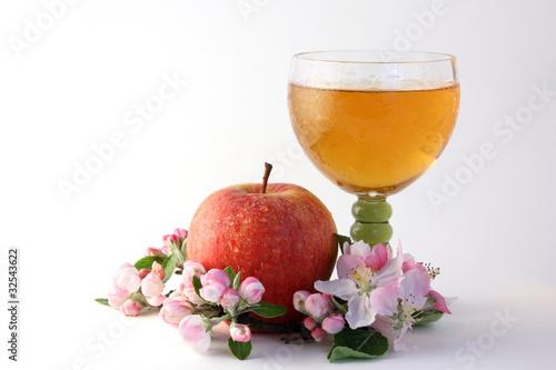 Apfelwein mit Frucht und Blüten