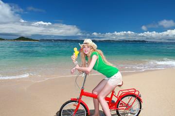 久高島の美しいビーチで休日を楽しむ笑顔の女性