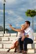 Städtetourismus - Paar im Urlaub auf Mauer