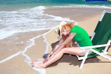 ビーチチェアに座り微笑む女性