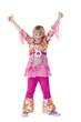 Kostümiertes junges Mädchen hält lachend Daumen nach oben