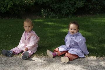 rose et jade au parc assise