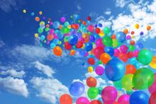 Kolorowe balony na błękitnym niebie
