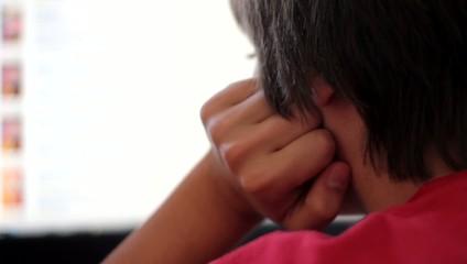adolescent surfant sur l'ordianteur