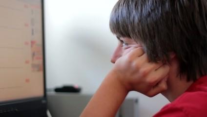 adolescent surfant sur l'ordinateur