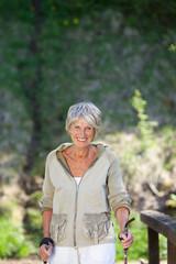 moderne seniorin beim nordic walking
