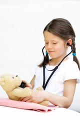 Mädchen untersucht Teddy
