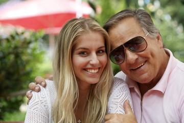 Älterer Mann mit junger Frau