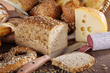 Brotzeit, Brot angeschnitten, Käse und Wurst