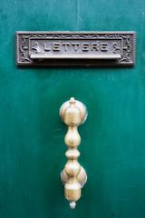 maniglia e buca per le lettere su una porta