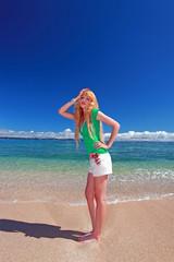 美しい砂浜の上に立つ女性