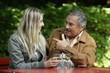 Älterer Herr mit junger Frau