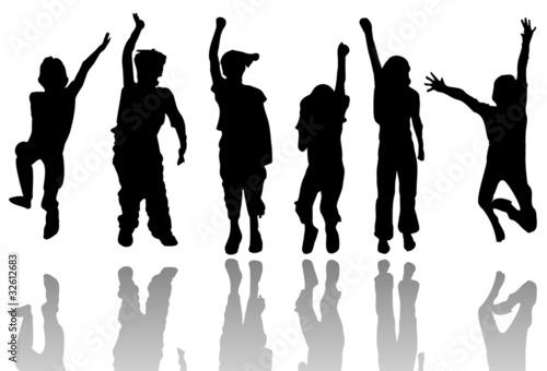 Silueta de niños saltando y jugando
