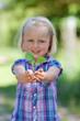 mädchen hält pflanze in der hand