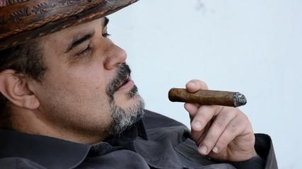 uomo con sigaro