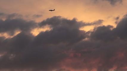 Flieger am Abendhimmel