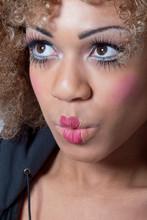 Kobieta z klauna makijaż patrząc zaskoczony