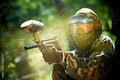 Fotobehang Extreme Sporten paintball player direct hit