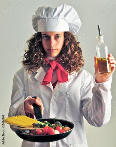 Giovane cuoca si sperimenta in cucina